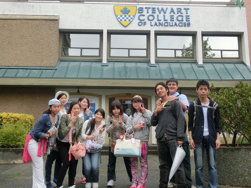 Stewart College前にて